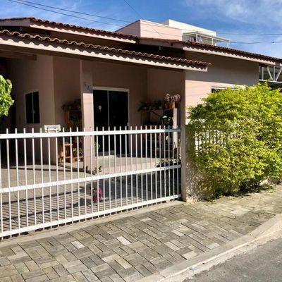 Linda casa bem localizada em Itapema