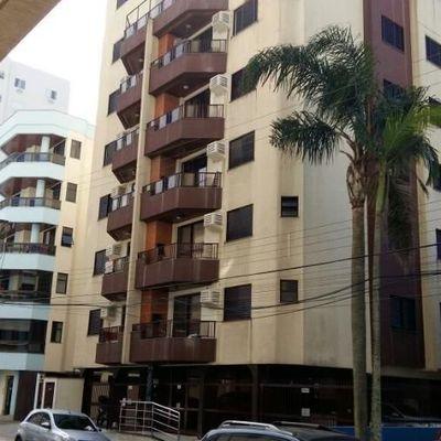 Apartamento de 02 dormitórios a 50 metros do mar em Meia Praia para aluguel de temporada.