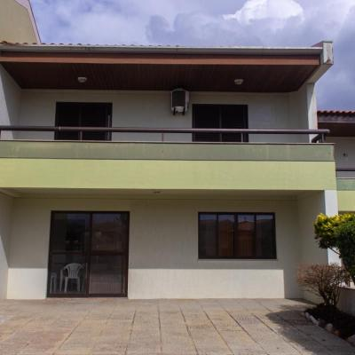 Sobrado em condomínio fechado, c/ 01 suíte + 02 quartos - Vivenda das Palmeiras