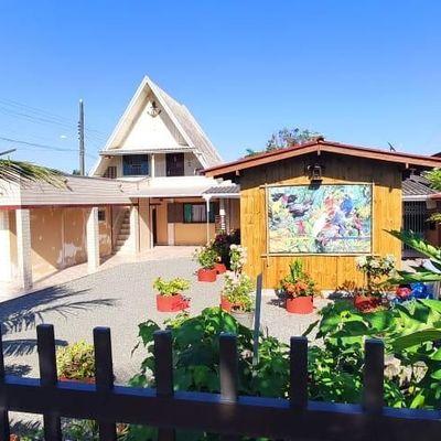► Casa c/ 02 suítes + 01 quarto, frente para Av. D. Henrique II - Barra do Saí