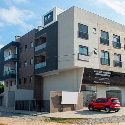 Apto novo e mobiliado c/ 01 suíte + 02 quartos, 02 garagens, Excelente Localização!