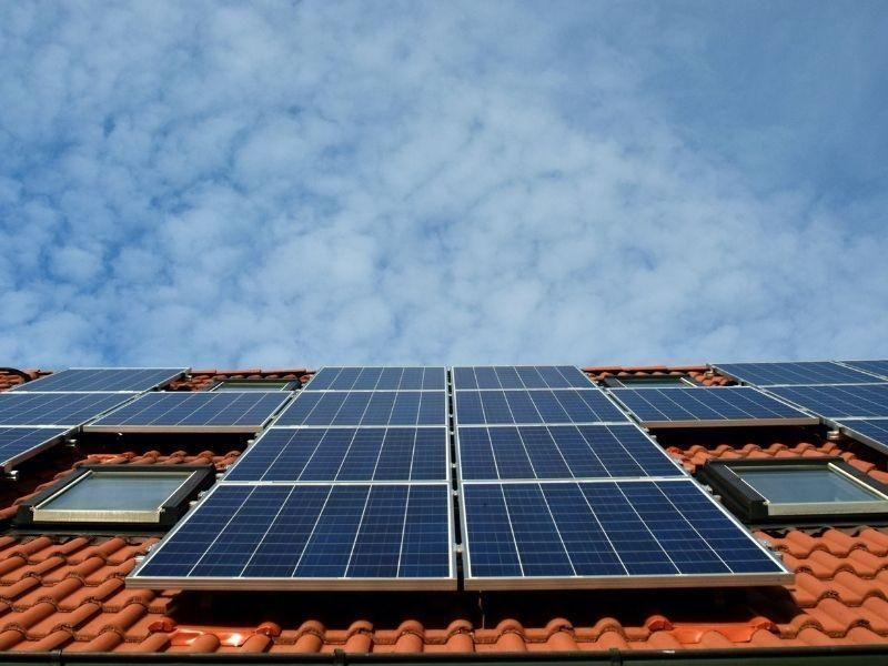 Como economizar energia com as placas solares em casa