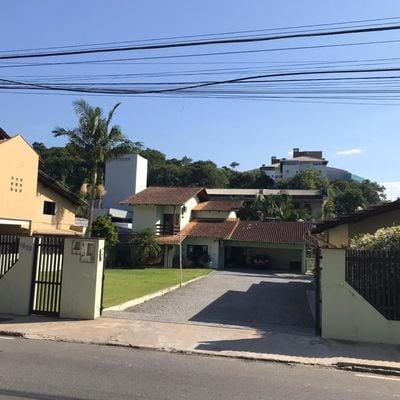Amplo terreno com duas casas e piscina!
