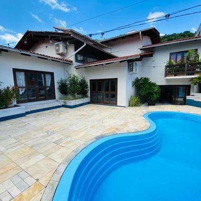Ampla casa com piscina e playground