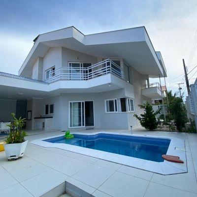 Belíssima casa na praia a poucos metros do mar, localização privilegiada em Penha SC