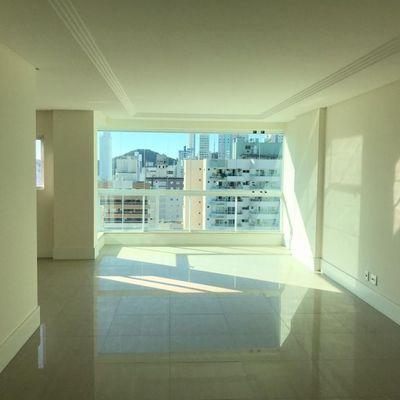 Apartamento de 04 dormitórios sendo 02 suíte e 04 vagas de garagem privativa.