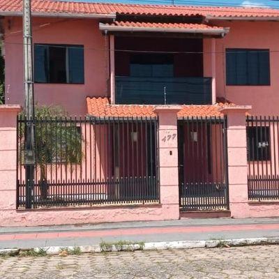 Casa com 03 dormitórios e 01 vaga de garagem