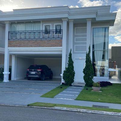 Casa em condominio fechado com 05 dormitórios sendo 02 suítes e 02 vagas de garagem