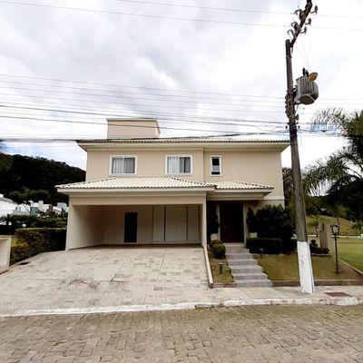Casa em condomínio fechado com 04 dormitórios sendo 01 suíte e 04 vagas de garagem