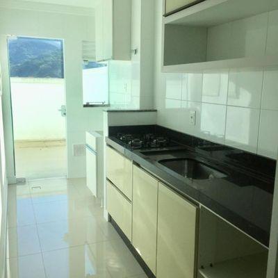 Apartamento de 02 dormitórios sendo 01 suíte e 02 vagas de garagem privativa.