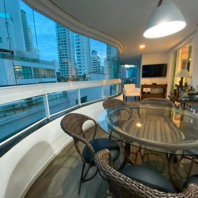 Apartamento finamente mobiliado na quadra mar de Balneário Camboriu com 3 suítes + churrasqueira + linda vista