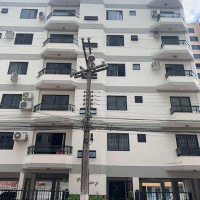 Apartamento mobiliado com 3 dormitórios (sendo 02 suítes) + 1 vaga de garagem + sacada integrada no centro de Balneário Camboriu