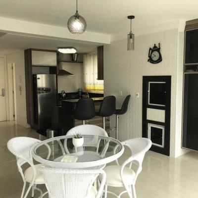 Apartamento semi-mobiliado na Barra Sul com 3 dormitórios (sendo 1 suíte com hidromassagem) + 2 vagas de garagem