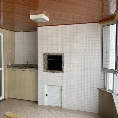 Apartamento mobiliado no centro de Balneário Camboriu com 3 dormitórios (1 sendo suíte) + sacada com churrasqueira