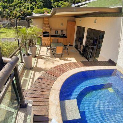 Excelente cobertura linear com piscina