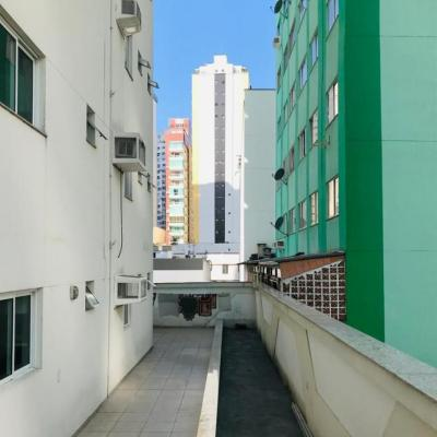 Apartamento no primeiro piso diferenciado com terraço no centro de Balneário Camboriú